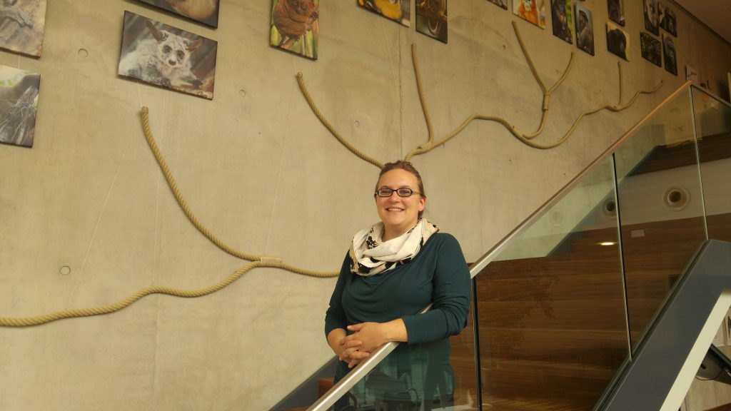 Die Neurobiologin Valeska Stephan vor dem Primaten-Stammbaum