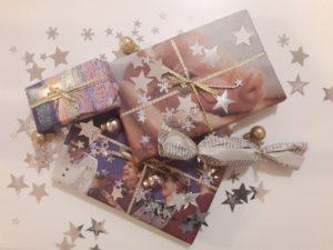 Mit Kalenderblättern und Zeitungen eingepackte Geschenke