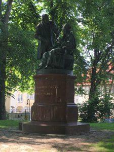 Zwei Genies unter sich: Das Gauß-Weber-Denkmal auf dem Wall.