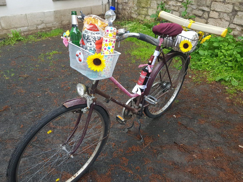 Das fertige Picknick-Bike mit Korb, Weinhalterung und weiteren Accessoires